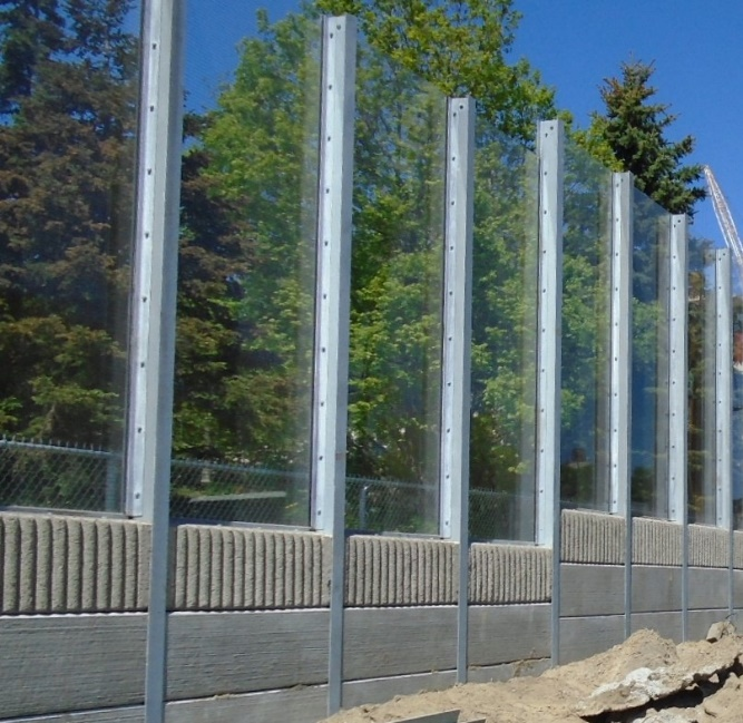 A wall - the lower part concrete and the upper part transparent plastic - is shown.