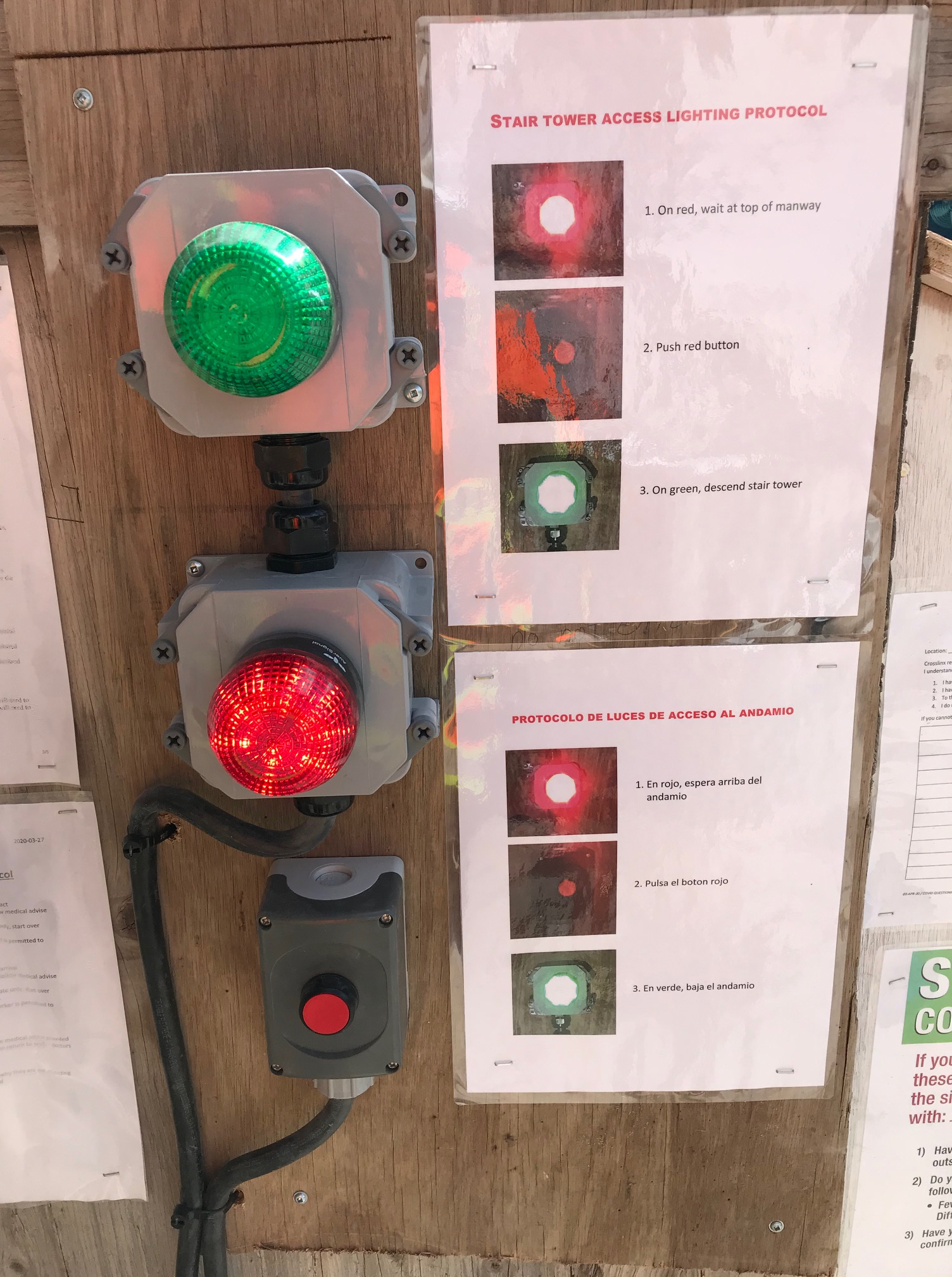 Image shows a green and red light, with instructions.